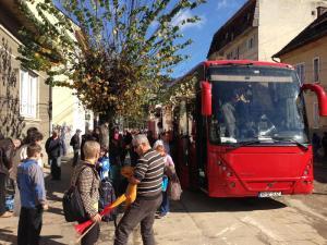 Autobuz_B_12_SJZ_Protestatari_coboara_h._13_26_30b8e8