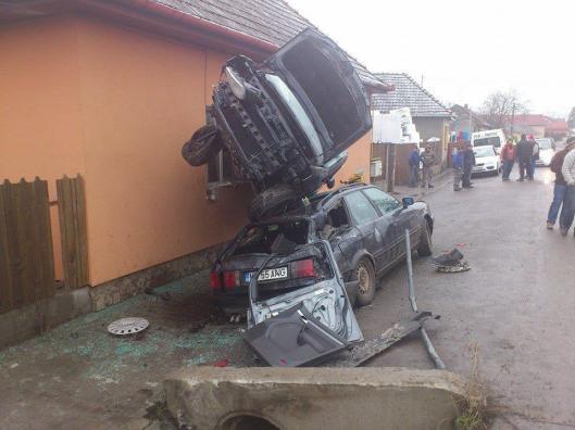 foto-accidentul-care-sfideaza-logica-spiderman-de-targu-mures-intrat-cu-masina-intr-o-casa