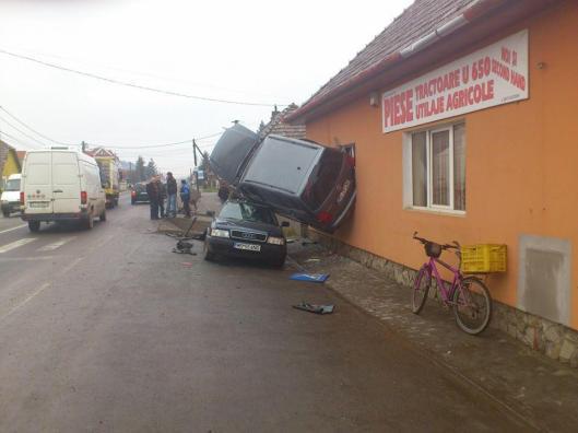 foto-accidentul-care-sfideaza-logica-spiderman-de-targu-mures-intrat-cu-masina-intr-o-casa_3
