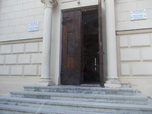 e deschisa si dupa-masa biserica catolica