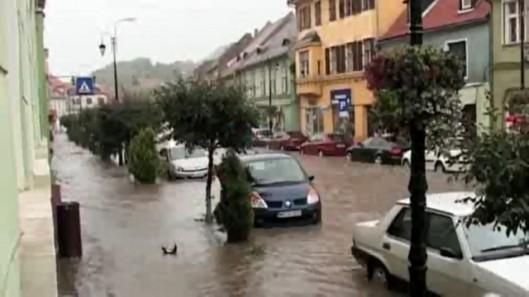 video-o-ploaie-torentiala-inundat-centrul-sighisoarei1369383001