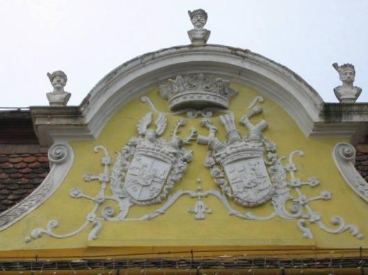 Cele doua steme pe frontispiciul cladirii.jpg