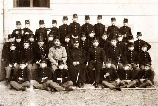 Studenții alături de cadrele didactice ale Școlii de cadeți, 1910.jpg