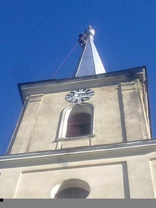 În vârful turnului de biserică.jpg